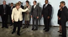 Merkel al Salone dell'auto sprona i costruttori: «Date lavoro ai rifugiati»