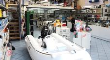Auto e moto sì, barche e fuoribordo no: il Governo rimedia all'errore, via libera ai negozi di nautica