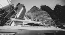 Azimut, esposizione show a New York per i 50 anni. Lo yacht S6 esposto tra i grattacieli di Times Square