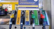 Scende il prezzo della benzina, verde a 1,36 euro al self. In un mese risparmio medio di 3 euro a pieno