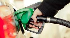 Benzina, prezzi in calo: media self service a 1,544 euro. Scende anche il prezzo del servito a 1,690 euro al litro
