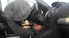 Rubano auto e chiedono indicazioni a proprietari. Polizia li ha bloccati dopo un breve inseguimento