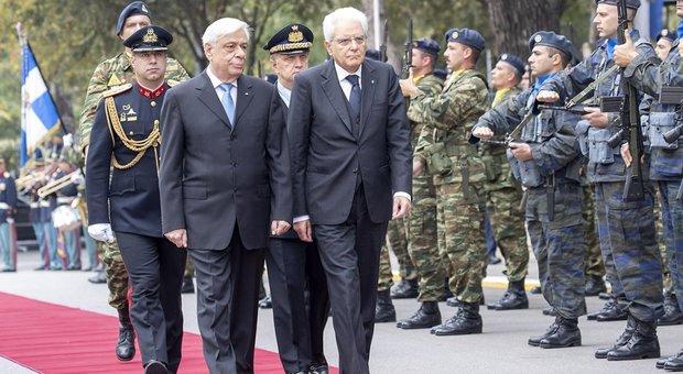 Il presidente della Repubblica Sergio  Mattarella (al centro) con il presidente della Repubblica Ellenica Procopios Pavlopoulos (a sinistra) alla parata militare greca di Salonicco