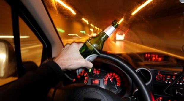 Ubriaco al volante si schianta contro le auto in sosta: indagato