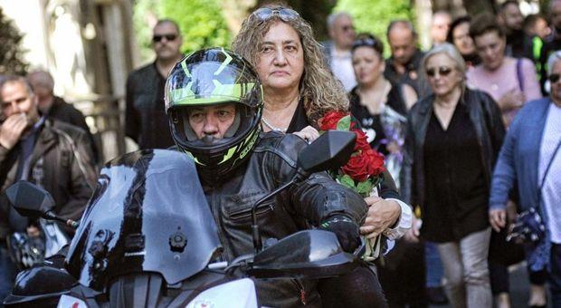La mamma di Elena Aubry al Verano con le ceneri della figlia tra le braccia