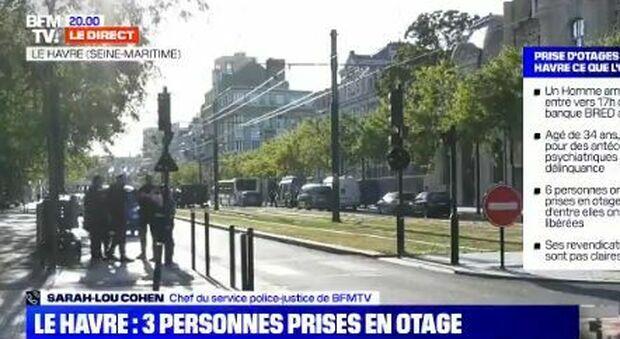 Francia, uomo armato prende in ostaggio 3 persone in una banca: «Libertà per i palestinesi alla Moschea di al-Aqsa»