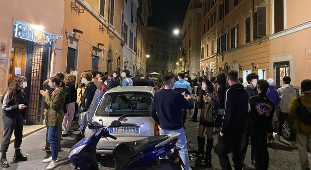 Movida a Roma, Trastevere senza regole: assembramenti e giovani senza mascherina
