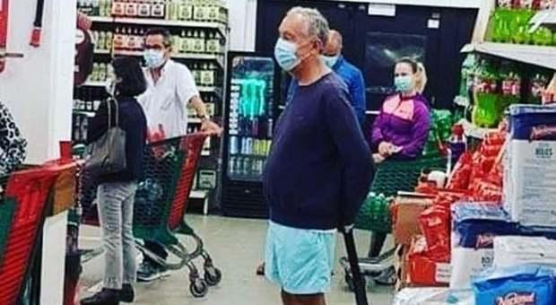 Coronavirus, il presidente del Portogallo fa la spesa con mascherina e pantaloncini