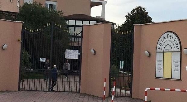 L'ingresso della casa di cura Villa dei Pini ad Anzio