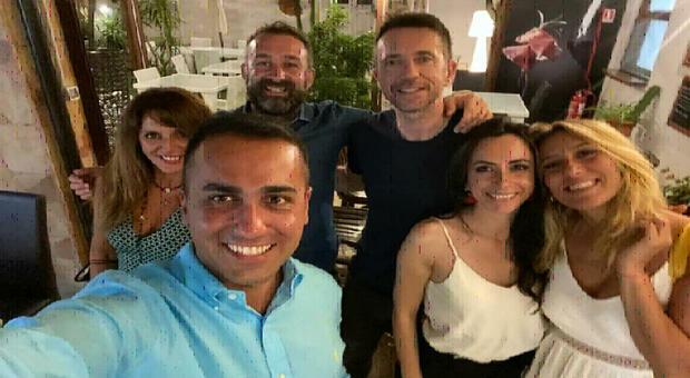 Di Maio, selfie con Scanzi e amici in Sardegna. Scoppia l'ira social: «La mascherina dov'è?»