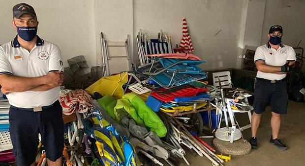 Cupra Marittima, attrezzatura anche di notte nelle spiaggia libera per tenersi il posto: sequestrati 160 ombrelloni