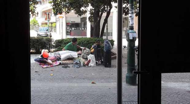 Mestre. Stracci, cuscini e borsoni: sulle strade ritornano i bivacchi