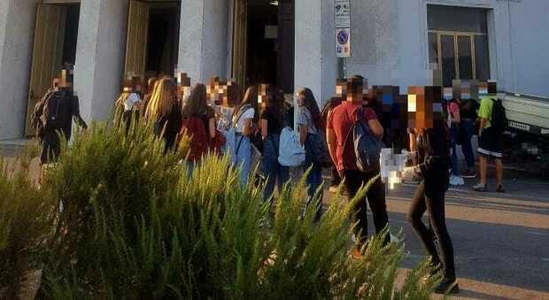 Studenti all'ingresso del liceo