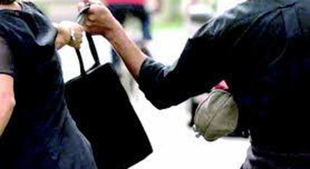 Ascoli, scippa una donna in centro e tenta di prelevare col bancomat: incastrato dalle telecamere