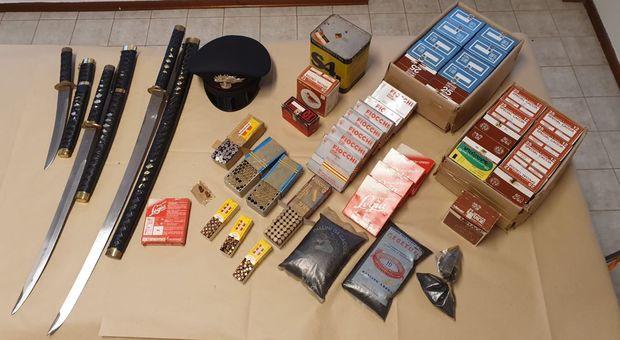 Nella casa del nonnino esplosivo, katane, un kg di polvere da sparo e mille pallottole