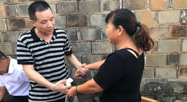 Cina, innocente scarcerato dopo 27 anni in prigione: riabbraccia l'ex moglie (che si è risposata)