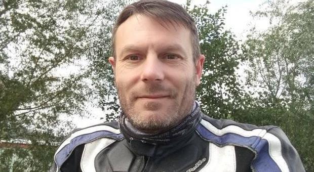 In agonia dopo l'incidente in moto: passante lo filma fino al momento della morte