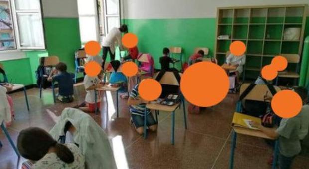 Genova, bambini in ginocchio senza banchi a scuola. Toti: «Inaccettabile»