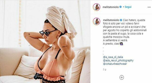 Melita Toniolo mostra la pancetta sui social e ironizza: «Haters questa è per voi»