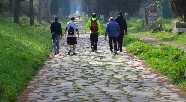 Camminatori sulla Via Appia Antica