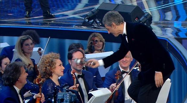 Fiorello scherza con Maria Letizia Beneduce durante l'ultima serata del Festival di Sanremo