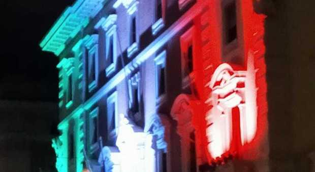 Intesa Sanpaolo, fino al 4 maggio luci tricolori sul palazzo in via del Corso