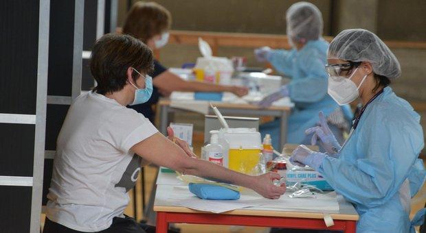 Coronavirus, bollettino Lombardia: oggi 77 nuovi positivi e due morti, scendono le terapie intensive