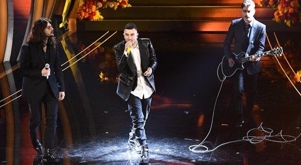Junior Cally canta Vasco (che lo ringrazia) e porta le Sardine a Sanremo