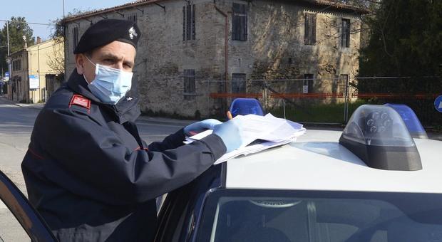 Pesaro, lo sorprendono al distributore in attesa del cliente: arrestato pusher con la cocaina