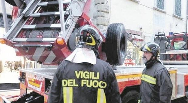 Monte Vidon Corrado, scoppia l'incendio nella palazzina: gli abitanti si rifugiano sui terrazzi per sfuggire al fumo