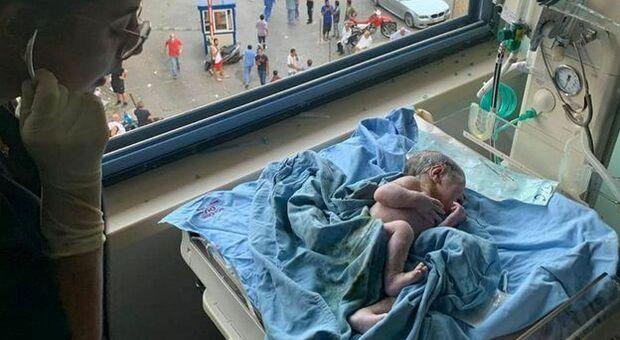 Beirut, il miracolo del piccolo George, nato dopo che l'esplosione ha colpito l'ospedale