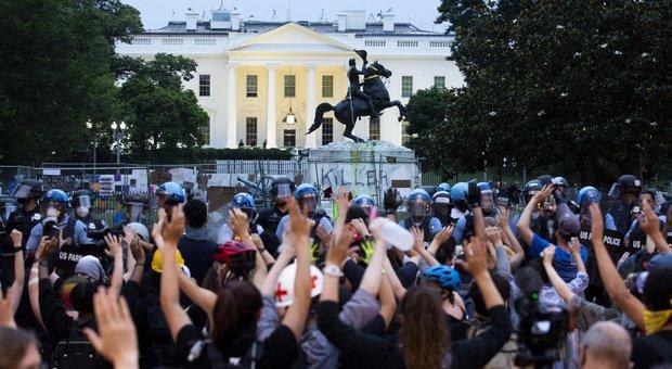 Usa: scontri davanti alla Casa Bianca, evacuato l'edificio presidenziale. Attacco alla statua Andrew Jackson