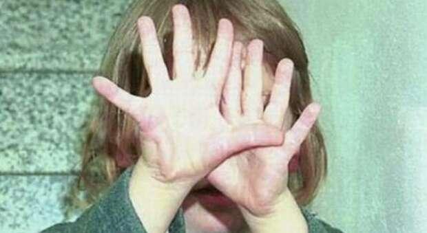 Bimba picchiata e violentata dal papà con la complicità della mamma, i genitori a processo