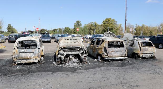 Le auto incendiate nel parcheggio