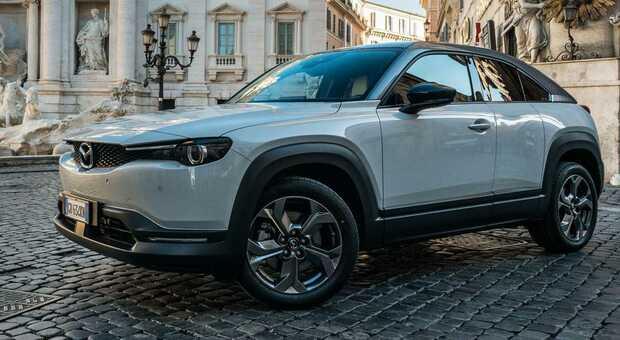 MX-30, al Parco dell'Appia Antica a Roma presentata la prima auto elettrica di Mazda
