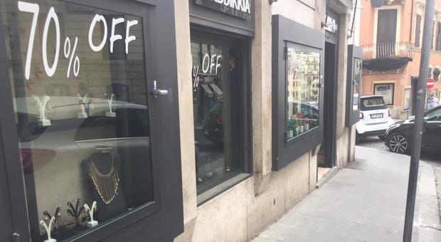 Roma, parte lo shopping, sconti fino al 70%: «Ma un negozio su tre è ancora chiuso»