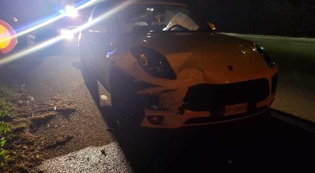 La Porsche nuova di zecca finita contro il cervo. Macchina da buttare