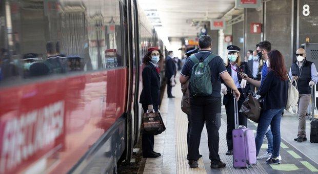 L'Italia riapre, subito disagi su strade e traghetti. Treni affollati, primi turisti a Roma dal Nord