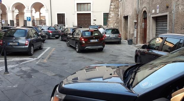 Colonna di auto in Piazza Bocciarelli