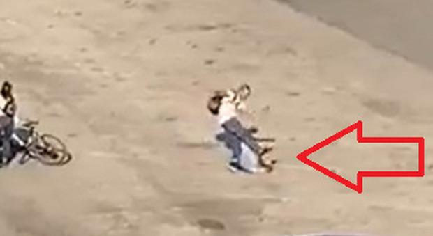 Prende a calci e pugni in faccia a un anziano che difendeva una ragazza e gli rompe il femore: arrestato giovane di 25 anni