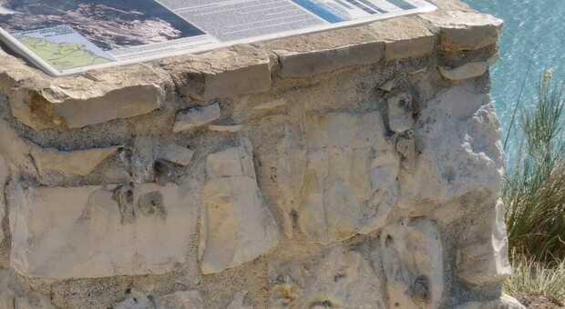 Il muretto da cui è stata portato via il divieto al Passo del Lupo
