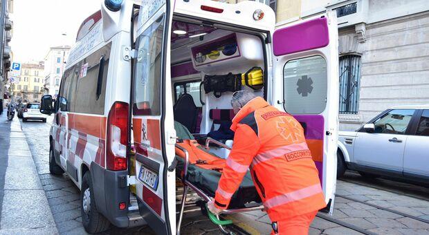 Un'ambulanza presta soccorso