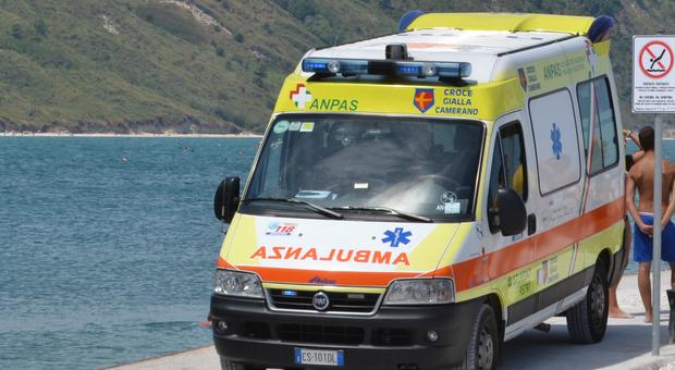 Ancona, paura a Portonovo: una bambina di 11 anni si accascia priva di sensi davanti a un ristorante