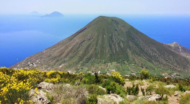 """Salina, l'isola """"verde-blu"""" delle Eolie, riapre al turismo"""