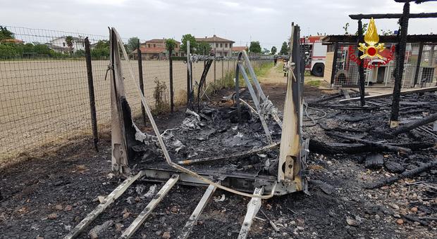 il maneggio distrutto dalle fiamme a Eraclea