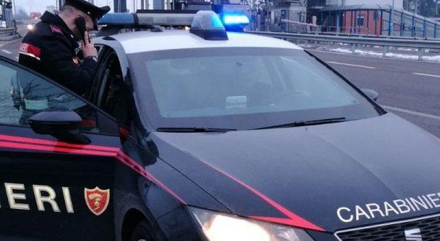 Pesaro, ubriachi rubano un furgone, si schiantano e minacciano di morte i carabinieri