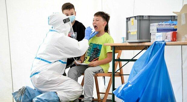 Coronavirus, è allarme giovani, ma sui test a chi torna dalle ferie il governo prende tempo
