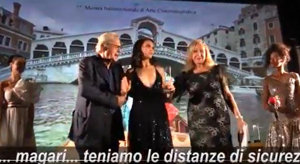 Venezia 2020, Sgarbi troppo vicino alla consegna del premio: l'attrice lo bacchetta: «Manteniamo le distanze»