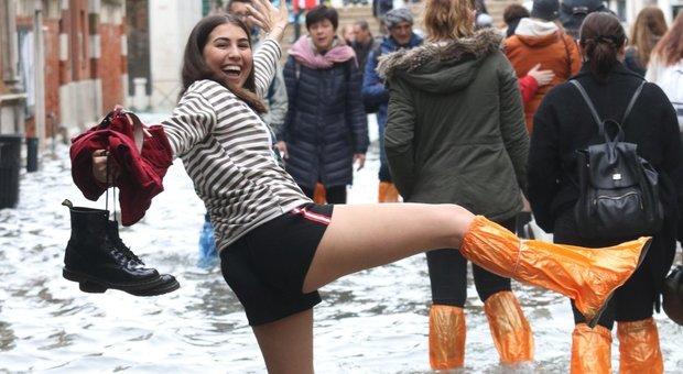 Acqua alta a Venezia, cala la marea: turisti a caccia di selfie nel dramma della città allagata
