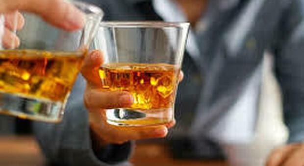 Festeggia le nozze con 4 amici bevendo gin fatto in casa: donna 34enne muore nel sonno